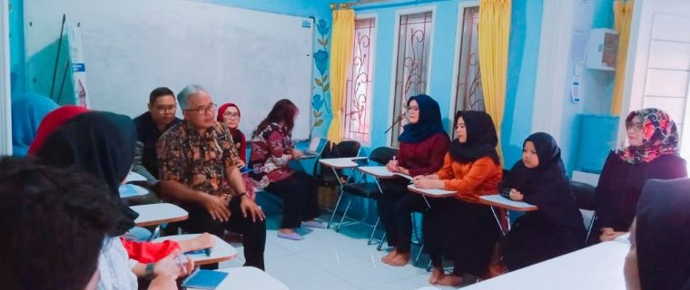 Prodi Bahasa Inggris Pelaksanaan PKM Klaster di LPK Cahaya Khansaa Cimahi